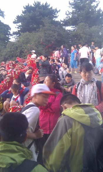 Crowds on Huashan